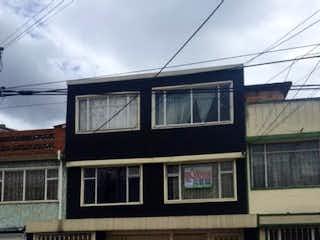 Un autobús de dos pisos estacionado delante de un edificio en VENTA CASA ENGATIVA BONANZA