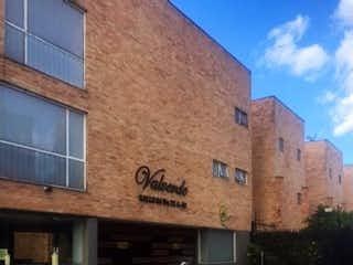 Un edificio de ladrillo con un letrero en la calle en VENTA CASA LOS LAGARTOS