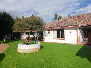 Una casa blanca con una gran casa blanca en Casa en venta en La Conejera de 4 habitaciones
