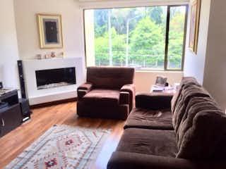 Una sala de estar llena de muebles y una chimenea en Vende apartamento Lisboa Bogota