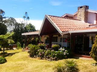 Una casa que está sentada en la hierba en Venta de casa campestre en Santa Elena, Antioquia