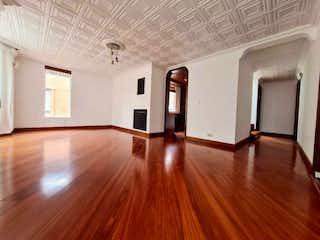 Una sala de estar con suelos de madera dura y un ventilador de techo en APARTAMENTO VENTA CEDRITOS TERRAZA, BOGOTA
