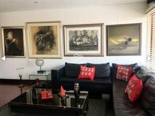 Una sala de estar llena de muebles y una pintura en Reserva de la Sierra