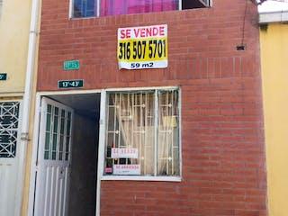 Un edificio de ladrillo con una señal en él en Casa En Venta En Bogota Los Libertadores
