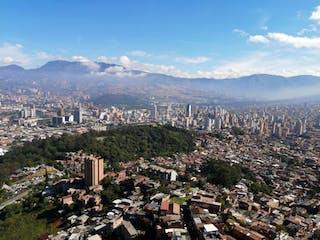 Una vista de una ciudad con montañas en el fondo en APARTAMENTO EN MEDELLIN
