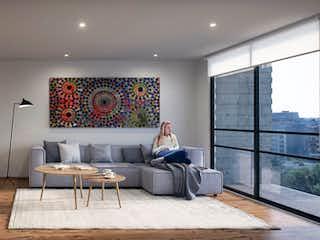 Un hombre sentado en un sofá en una sala de estar en DEPARTAMENTO 201-202. EXTERIOR. 85m2. 2 RECÁMARAS. BALCÓN . NARVARTE