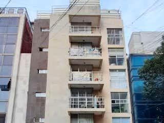 Un gran edificio con un montón de ventanas en él en VENTA DEPARTAMENTO RIO AMAZONAS PLANTA BAJA