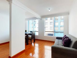Una sala de estar llena de muebles y una gran ventana en Vendo Apto en Condominio Bosques del Ferrol - Marsella, Kennedy.