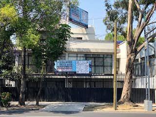 Un cartel de calle en una calle cerca de un edificio en Casa en venta Militar Marte