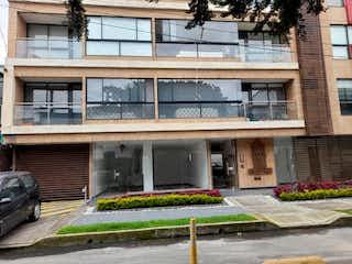 Un banco de madera sentado delante de un edificio en Apartamento En Venta En Bogotá Soledad
