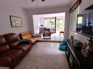 Una sala de estar llena de muebles y una ventana en Casa venta los angeles boston