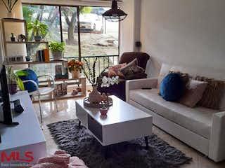 Una sala de estar llena de muebles y una chimenea en Palos De Moguer