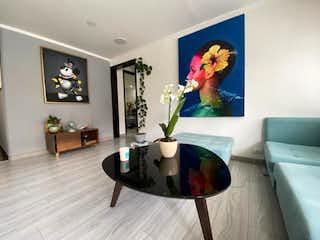 Una sala de estar llena de muebles y una pintura en Apartamento en venta en Santa Paula de 2 hab.
