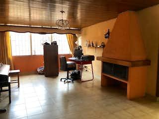 Una sala de estar llena de muebles y una lámpara en Casa en venta en Normandía de 4 habitaciones