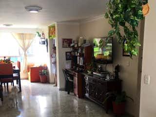 Una cocina con nevera y una mesa en Apartamento en venta en La Candelaria 138m²