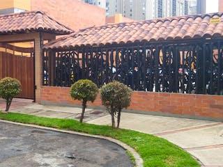 Un par de personas caminando por una calle en Venta de Casa en Cantalejo, Bogotá