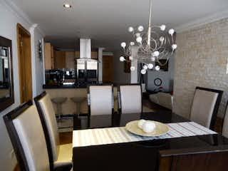 Una cocina con una mesa y sillas en ella en VENDO APARTAMENTO SANTA BRBARA