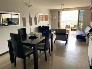 Una sala de estar llena de muebles y una ventana en Venta de apartamento en El Poblado, Antioquia