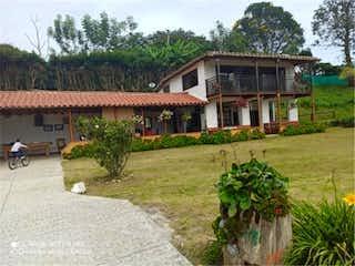Una casa que tiene un árbol en ella en Venta de finca en Guarne, Antioquia
