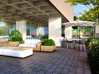 Un par de sillas blancas sentadas delante de un edificio en Apartamento en venta en Vía Marinilla de 55m² con Piscina...