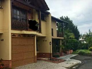 Una casa que tiene un gran ventanal en ella en Casa Venta Rionegro