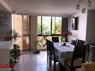 Una sala de estar llena de muebles y una lámpara de araña en Portal Del Campestre