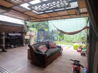 Una sala de estar llena de muebles y una ventana en Casa en venta en Envigado Sector Loma del Atravesado