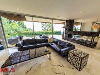 Una sala de estar llena de muebles y una gran ventana en Palmeiras (Alto de Las Palmas)