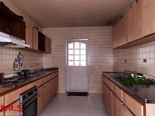 Una cocina con un fregadero y una estufa en Roiter