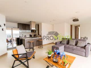 Una sala de estar llena de muebles y una mesa en Apartamento en venta en Envigado Sector  Los Mesa
