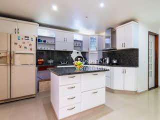Una cocina con armarios blancos y electrodomésticos blancos en Vendo casa el poblado Medellin