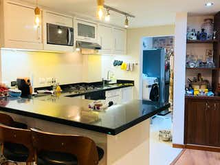 Una cocina con una mesa y sillas en ella en Apartamento En Venta En Bogota Bosque Medina-Usaquén