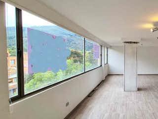 Una habitación con una cama y una lámpara de araña en Apartamento en venta en Usaquén, 150mt