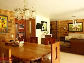 Una sala de estar llena de muebles y una mesa en Parana