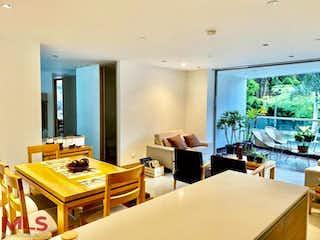 Una sala de estar llena de muebles y una mesa en Nakar