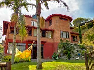 Un edificio de ladrillo rojo con un techo rojo en Finca Centro Guarne, Casa en venta en Casco Urbano Guarne, 300m²