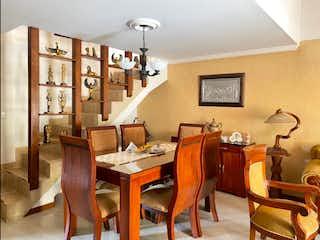 Un comedor con una mesa y sillas en Duplex en Venta en Buenos Aires