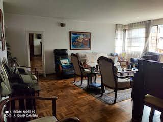 Una sala de estar llena de muebles y una ventana en Apartamento En Venta En Bogota Acevedo Tejada