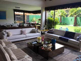 Una sala de estar llena de muebles y una gran ventana en Casa en venta en San José de Bavaria, 800mt de dos niveles