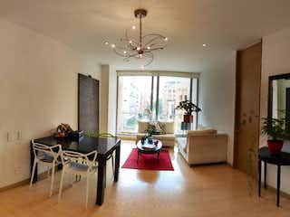Una sala de estar llena de muebles y una televisión de pantalla plana en Apartamento en venta en Chicó Reservado de 2 hab. con Gimnasio...