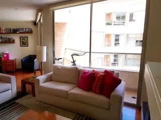 Una sala de estar llena de muebles y una ventana en APARTAMENTO 160M SANTA BARBARA ALTA ENTREMONTES 3 ALCOBAS