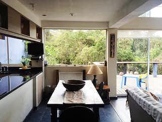 Una sala de estar llena de muebles y una gran ventana en Casa campestre en Sopó, 240mt
