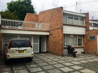 Un coche estacionado delante de un edificio en Apartamento en venta en Barrio Niza de 4 hab. con Jardín...