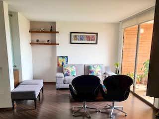 Una sala de estar llena de muebles y una televisión de pantalla plana en Cerros Del Country, Apartamento en venta en Barrio Usaquén de 135m² con Gimnasio...