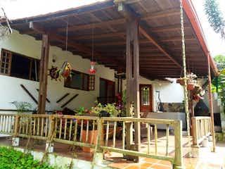 Una habitación llena de un montón de muebles de madera en CASA CAMPESTRE EN LA VEGA CUNDINAMARCA, 322M EN LOTE 2800M