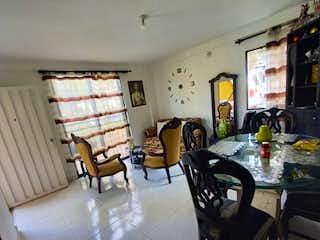Una sala de estar llena de muebles y una mesa en Venta de Apartamento en Cabañitas, Bello Antioquia