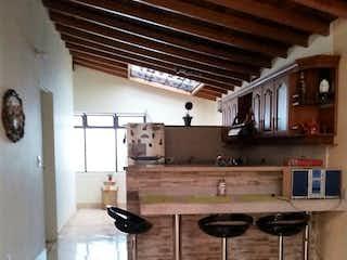 Una habitación llena de un montón de muebles de madera en Venta de Apartamento Cabañita, Bello Antioquia