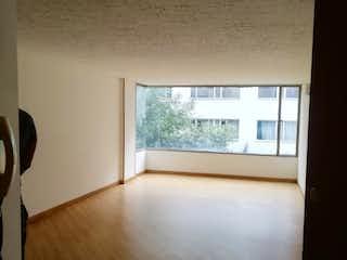 Una habitación con un suelo de madera y una ventana en Apartamento En Arriendo/venta En Bogotá Marly