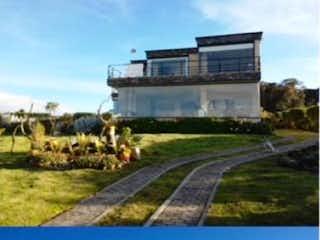 Un par de fotos de un tren en una pista en Hermosa casa moderna para la venta en el sector de Yerbabuena Sopó