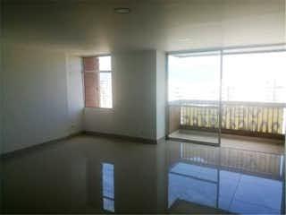 Un baño con una bañera y una ventana en Venta de apartamento en San Diego, Medellín, Antioquia